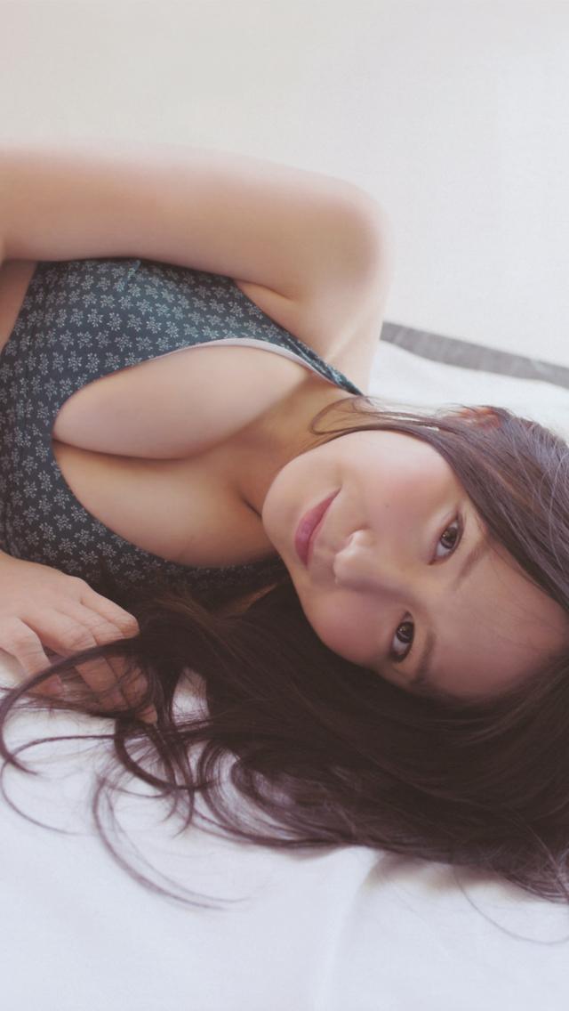 かわいらしく微笑む大場美奈
