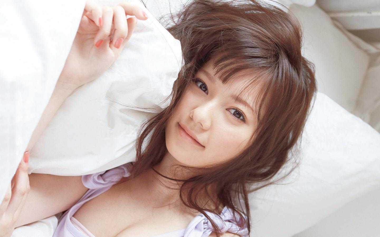 横たわる島崎遥香