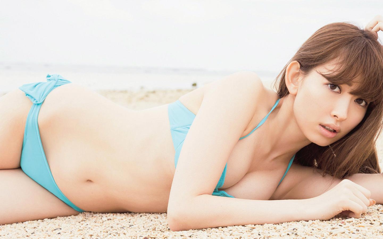 横たわる小嶋陽菜