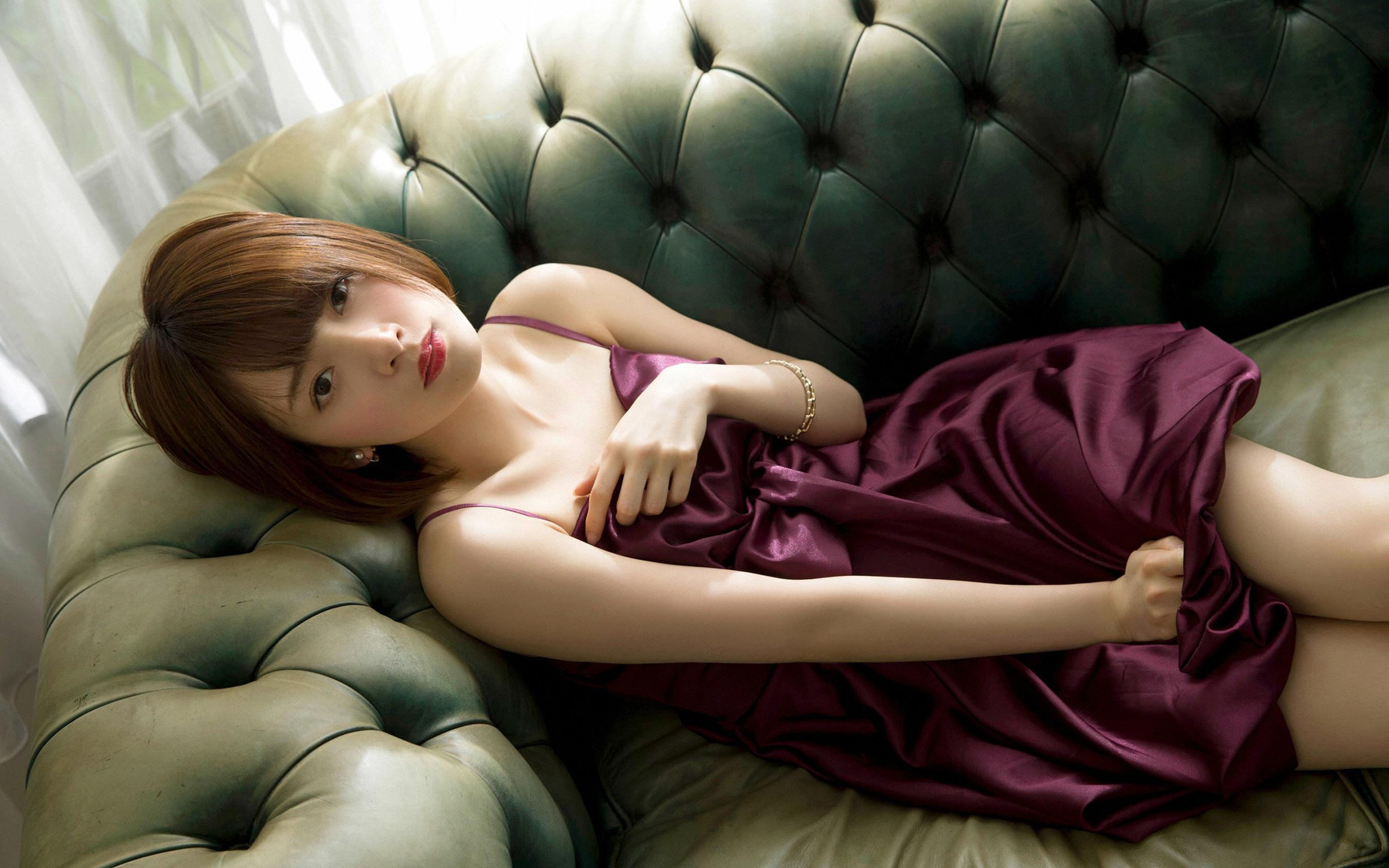 ソファに横たわる橋本奈々未さん